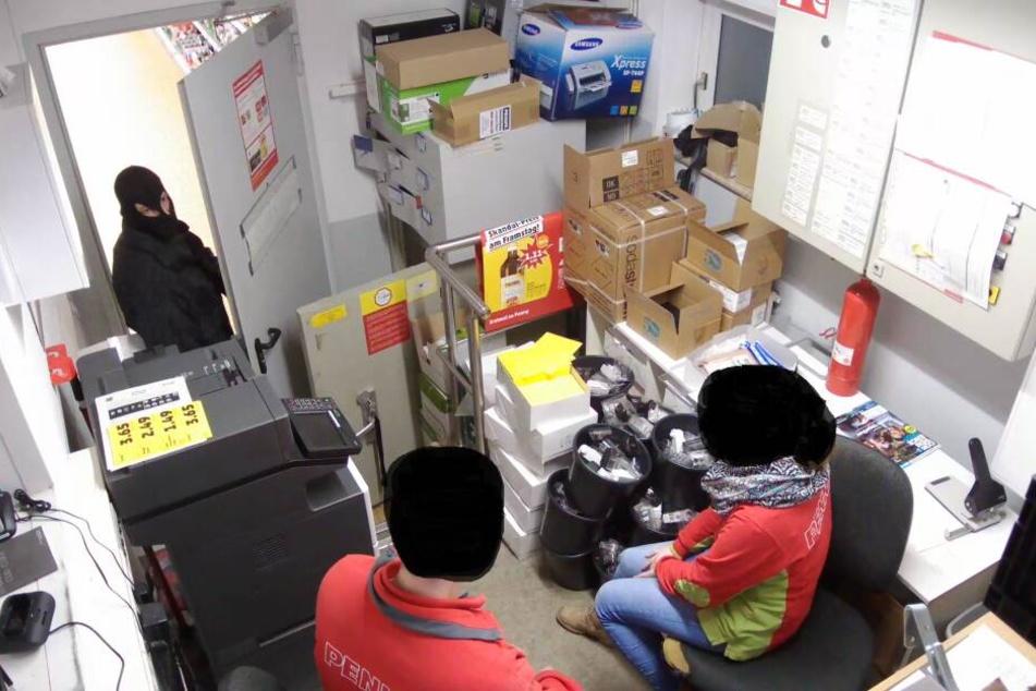 Der Täter überraschte die Mitarbeiter im Büro.