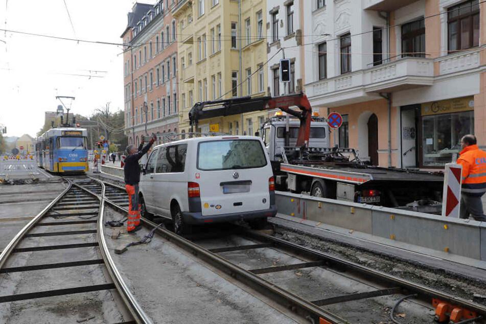 Ende Gelände: Der VW-Transporter fuhr auf die Gleise und blieb dort stecken.