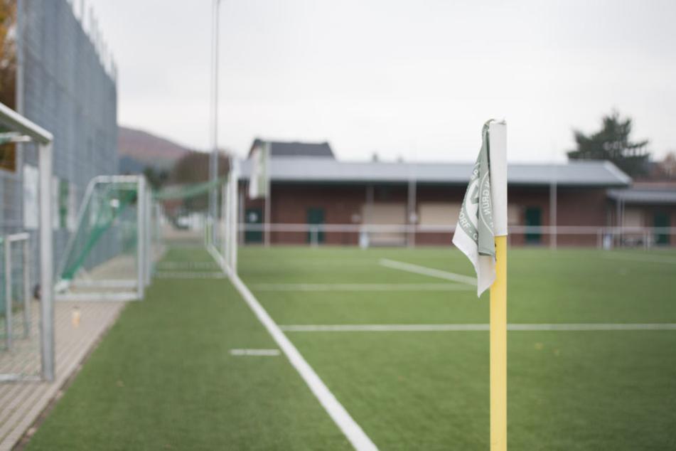 Auf einem Fußballplatz in Dresden kam es jetzt zu mehreren Rangeleien. (Symbolbild)