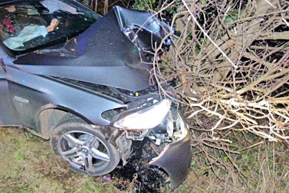 Der BMW krachte gegen einen Baum und wurde dabei stark beschädigt.