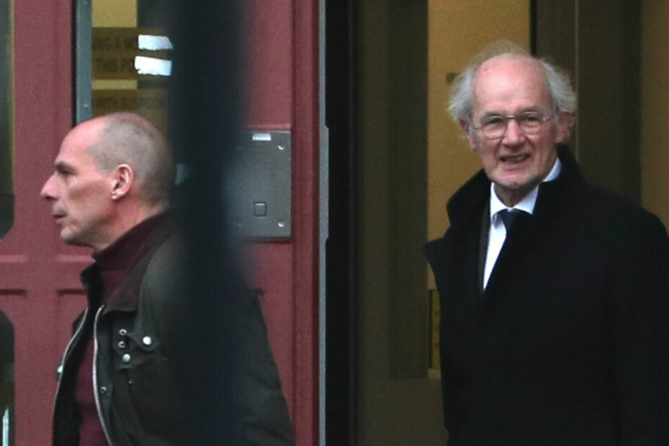 Yanis Varoufakis (li.), Wissenschaftler und ehemaliger Finanzminister von Griechenland, und Assanges Vater, John Shipton, verlassen nach einem Besuch des Wikileaks-Gründers das Gefängnis HM Prison Belmarsh in London.