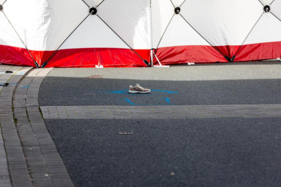 Ein Schuh liegt vor dem Zelt, das die Spurensicherung aufgebaut hat.