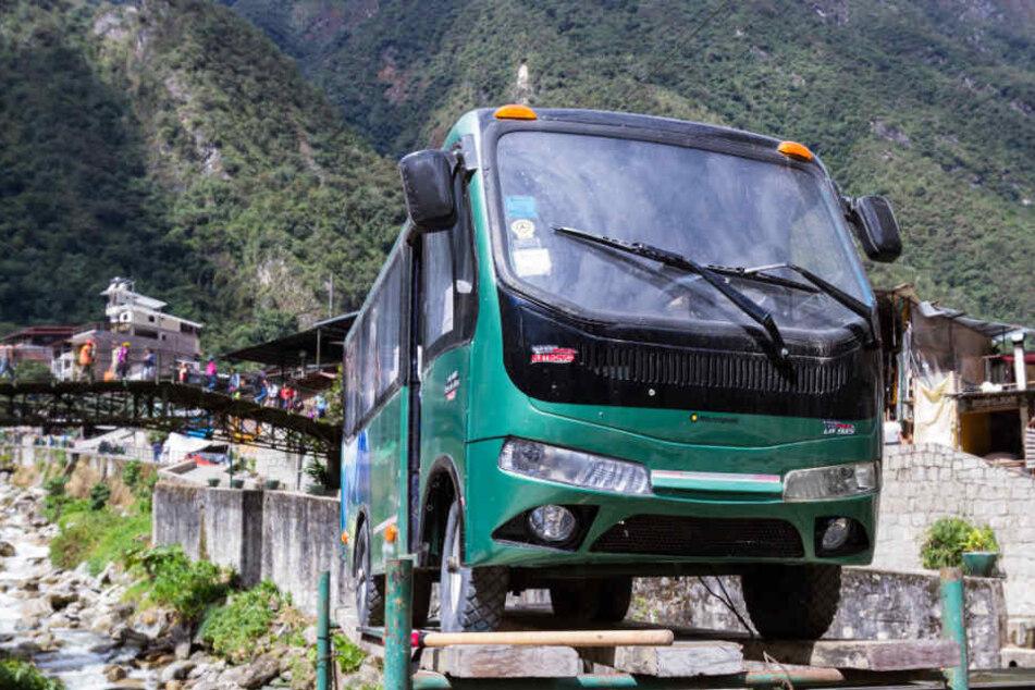 Ein Reisebus in der Stadt von Machu Pichu in Peru. Womöglich sind die Studenten mit so oder solch einem ähnlichen Bus in Peru unterwegs gewesen. (Symbolbild)