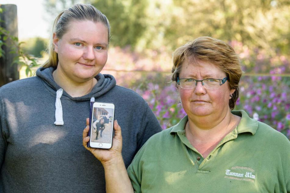 """Elisabeth Anders (r) und Tochter Magdalena Anders zeigen ein Bild vom Ziegenbock """"Hui Buh"""". Die Familie hatte das Tier Zuhause aufgepäppelt, bis es wegen nicht artgerechter Haltung beschlagnahmt wurde."""