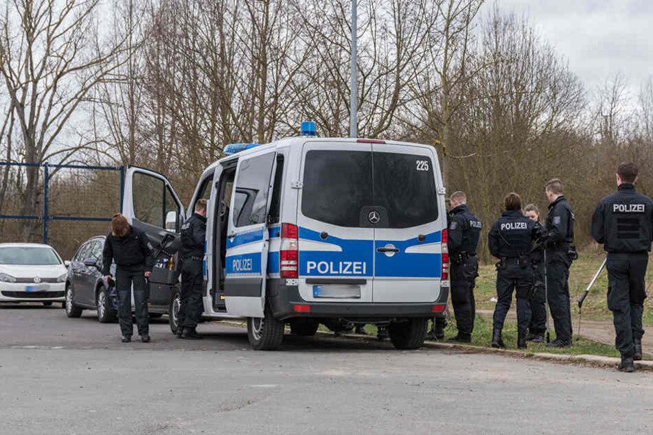 Bereitschaftspolizei und Kriminalpolizei suchten gemeinsam nach der Tatwaffe.