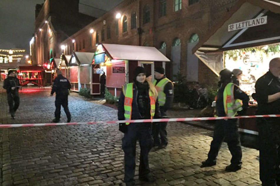 Polizisten auf dem abgesperrten Gelände der Kulturbrauerei-