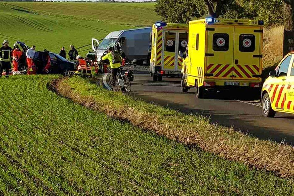Unfall nahe Bautzen: Frau muss aus Auto befreit werden, vier Verletzte