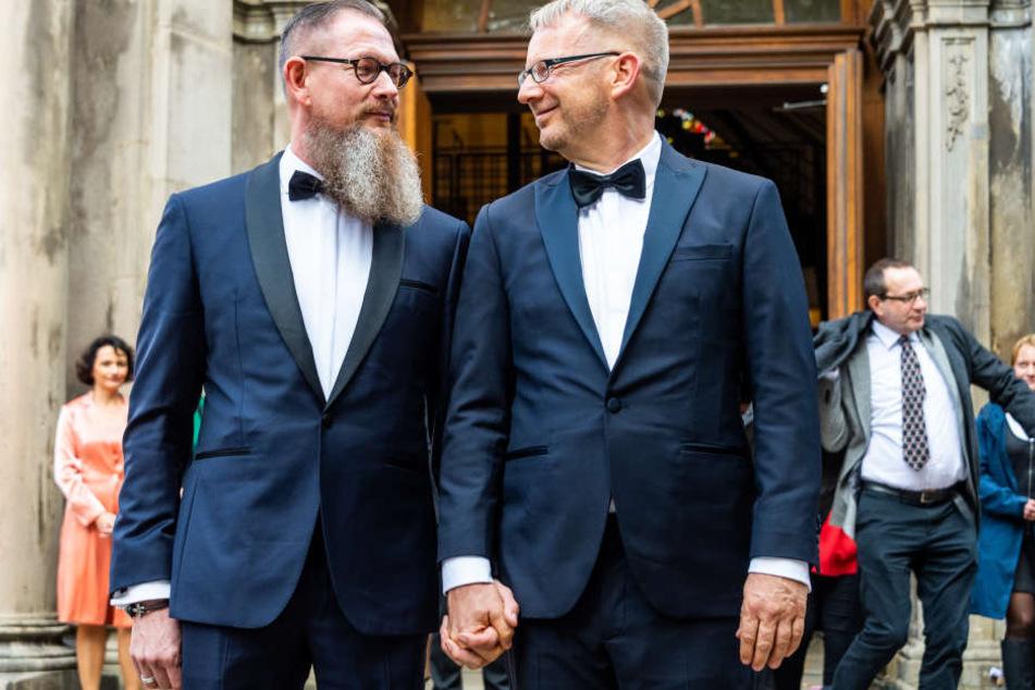 Bundestagsabgeordneter Johannes Kahrs (SPD, rechts) und sein Ehemann Christoph Rohde verlassen nach ihrer Hochzeit die Kirche.