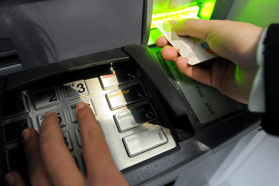 Wegen EC-Karten-Betrugs musste sich eine 23-Jährige vor Gericht verantworten.