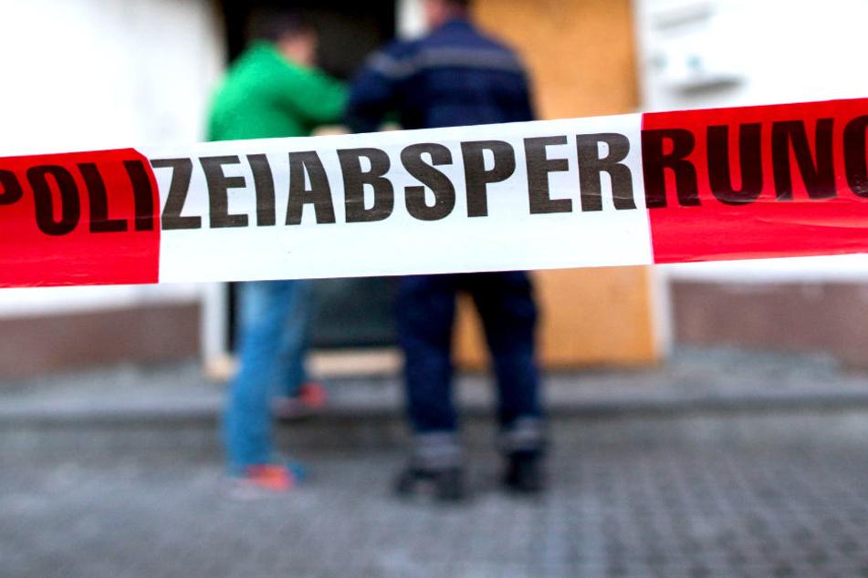 Ein Mann hat in einem Berliner Mehrfamilienhaus so heftig randaliert, dass er an seinen Verletzungen verstarb (Symbolbild).