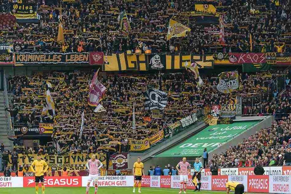 Zum Auswärtsspiel nach Köln begleiteten mehr als 5000 Dynamo-Fans ihre Mannschaft - und feierten sie trotz der historischen 1:8-Pleite.