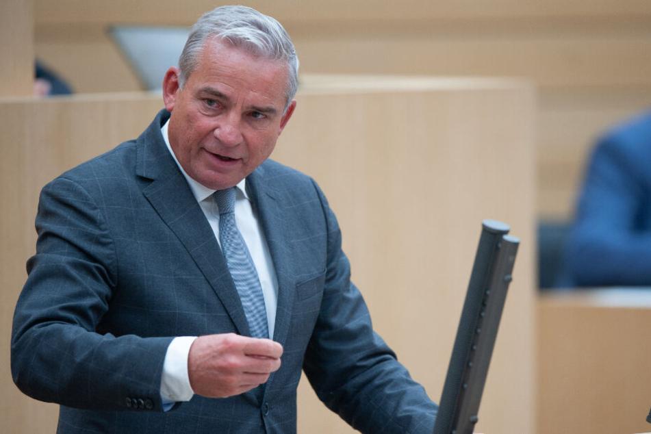 Innenminister von Baden-Württemberg spricht im Landtag.