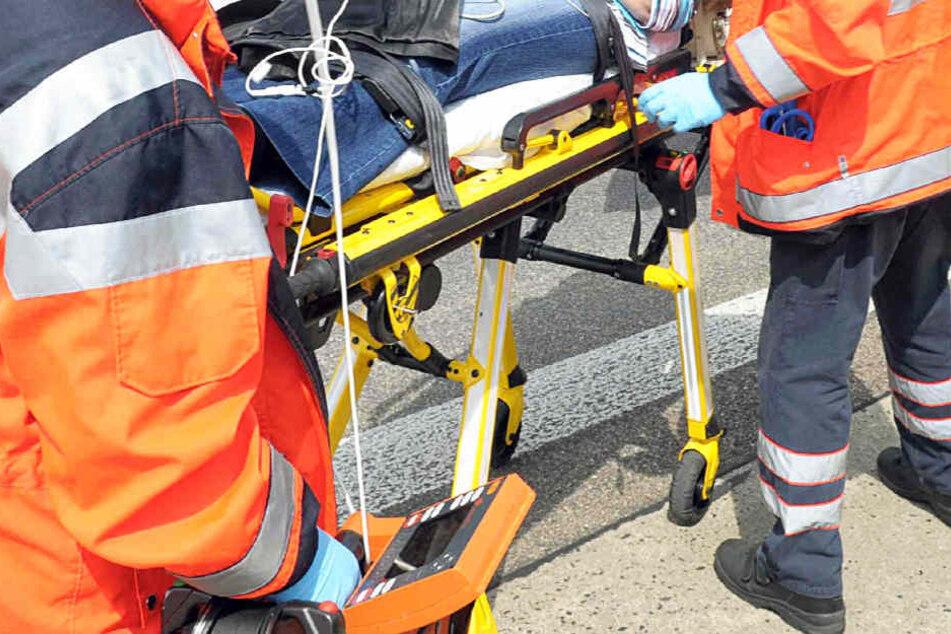 Die Beifahrerin des Seniors kam mit schweren Verletzungen ins Krankenhaus (Symbolbild).