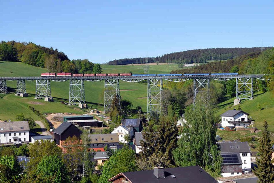 Kohlelieferung für die Fichtelbergbahn: Der Güterzug tuckerte über das Viadukt bei Raschau-Markersbach, weil die Zschopautalstrecke derzeit gesperrt ist.