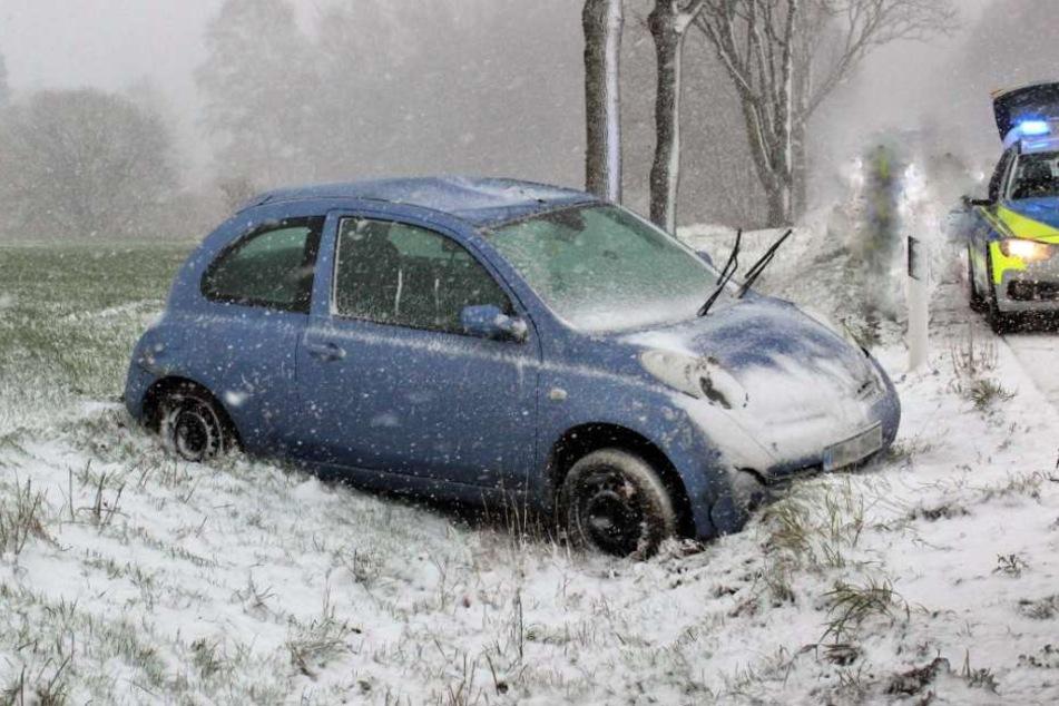 Viele Wagen kamen durch den Schnee von der Fahrbahn ab.