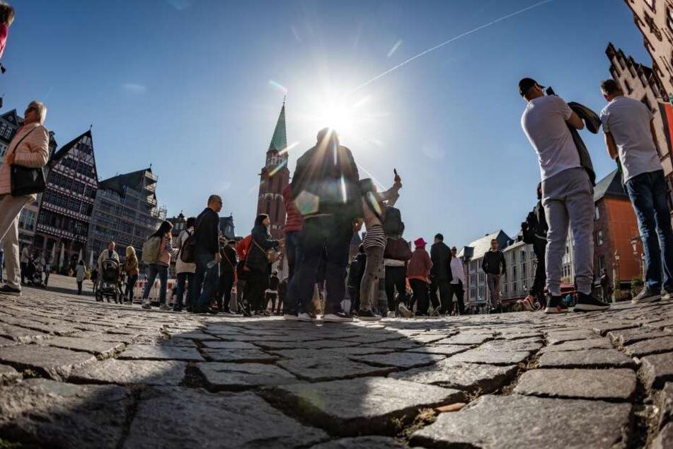 Auf dem Römer tummeln sich bei traumhaften Frühlingswetter zahlreiche Touristen.