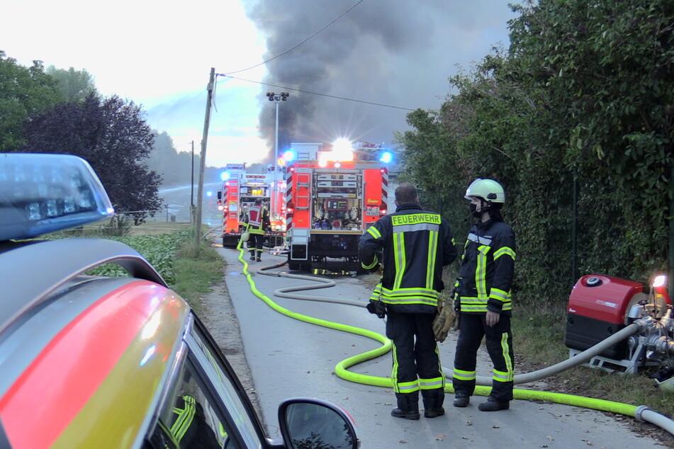 Kameraden der Feuerwehr am Einsatzort am Freitagmorgen.
