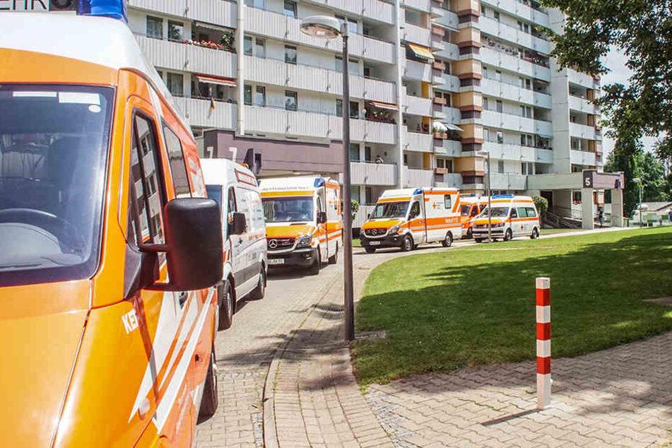 Zahlreiche Krankenwagen stehen vor einem Wohnblock. In einer Wohnung in dem Gebäude ist eine Leiche entdeckt worden.