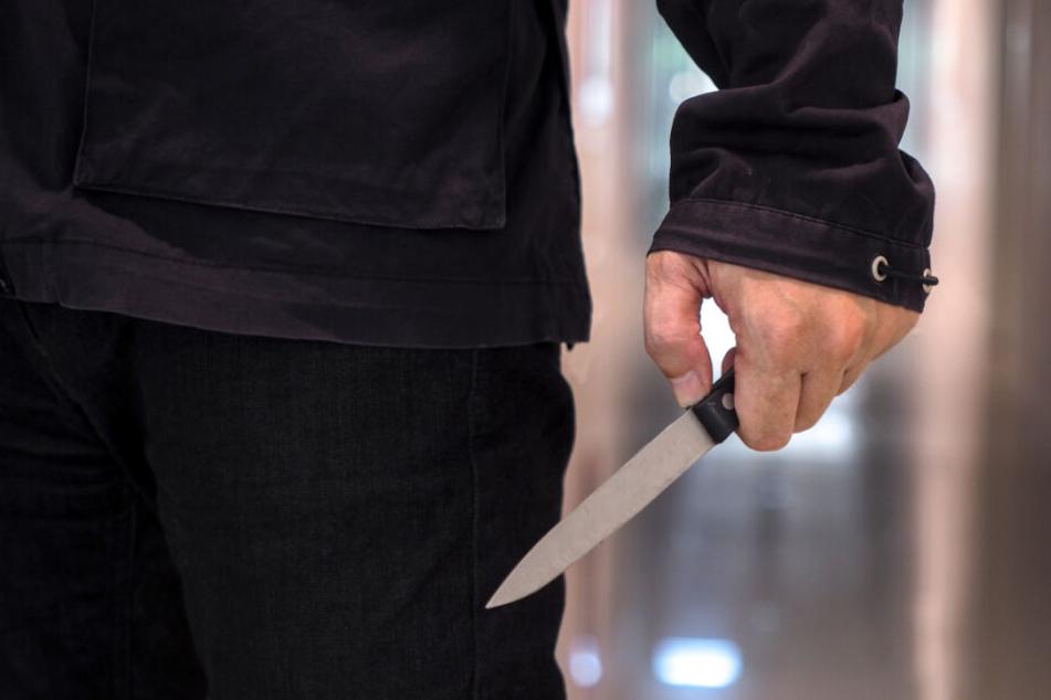 Plötzlich zückte der Mann ein Messer und stach damit auf seine Ex-Freundin ein. (Symbolbild)