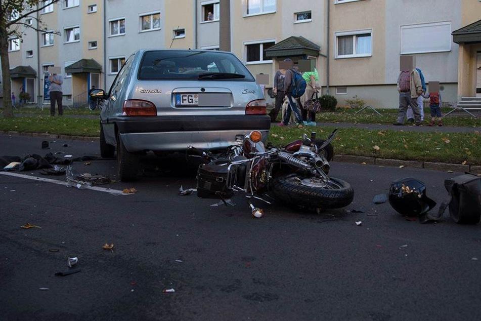Schwer verletzt soll der Biker auf der Straße gelegen haben.