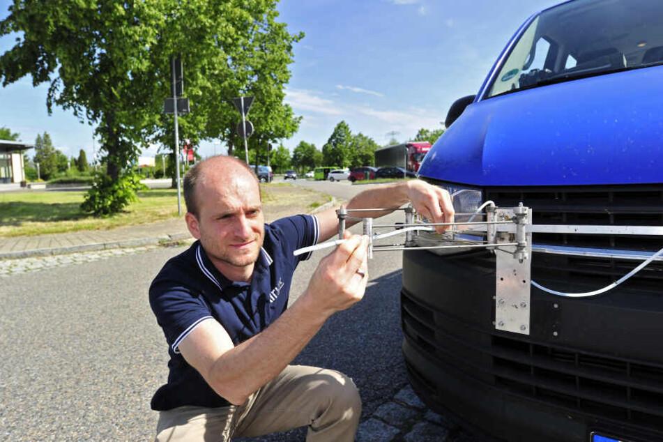 Dieser VW schnüffelt auf der Autobahn den Lastern hinterher - Denis Pöhler zeigt die Technik.