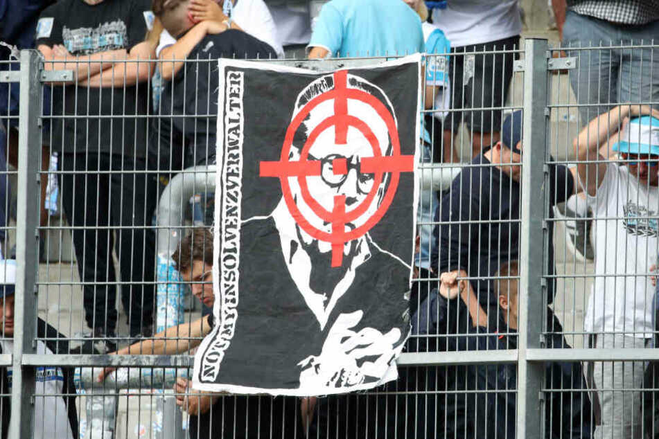 In Halle wurde CFC-Insolvenzverwalter Klaus Siemon in einem Fadenkreuz gezeigt. Das Verhalten der Fans ist ein klarer Verstoß gegen den Gesellschaftervertrag.