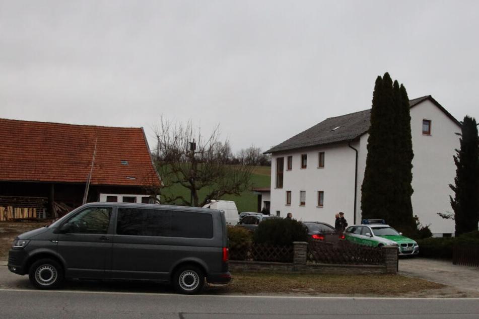 In dem Wohnhaus in Ascholtshausen wurden drei Leichen gefunden.