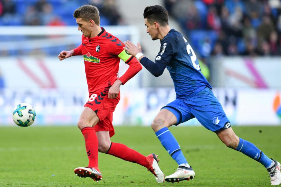 Hoffenheims Benjamin Hübner (r.) und Freiburgs Nils Petersen kämpfen um den Ball.
