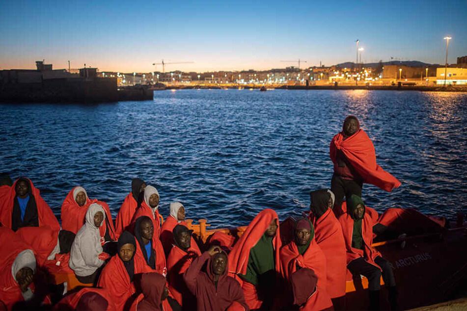 Flüchtlinge befinden sich an Bord des spanischen Rettungsschiffes Arcturus, nachdem sie in der Straße von Gibraltar gerettet wurden. Die Seerettungsbehörde gibt an, dass 751 Migranten am Freitag von 52 Schlauchbooten gerettet wurden, die versuchten, die s