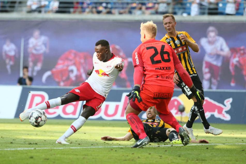 Bruma (l.) staubt ab und trifft im Hinspiel zum zwischenzeitlichen 1:0 für RB Leipzig. Nach dem 4:0 steht RB so gut wie in der 3. Runde.