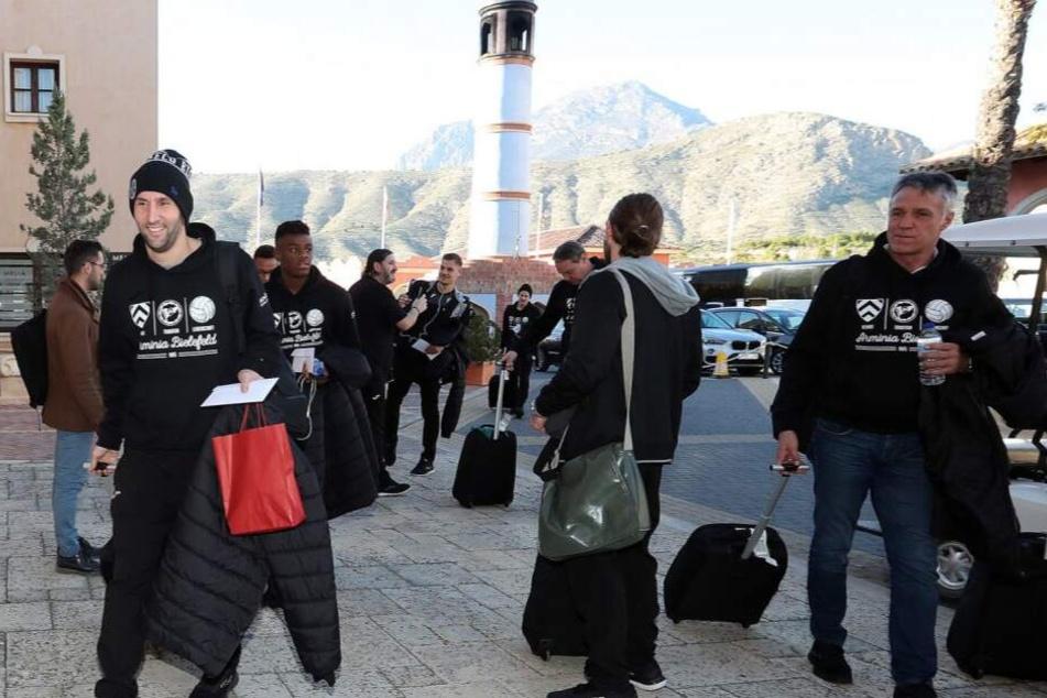 Am Sonntag sind die Arminen, darunter Stephan Salger (l.) und Trainer Uwe Neuhaus (r,), am Hotel angekommen.