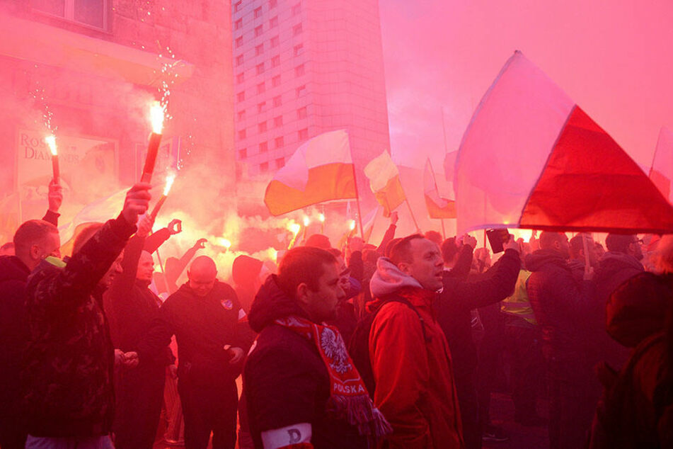 Teilnehmer des von Nationalisten organisierten Unabhängigkeitsmarsches versammeln sich am 11.11.2017 in Warschau anlässlich des polnischen Unabhängigkeitstages.