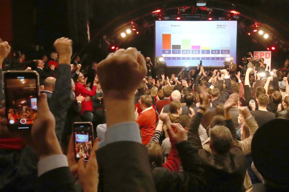 Die Anhänger der Hamburger SPD bejubeln das Ergebnis der ersten Hochrechnungen.