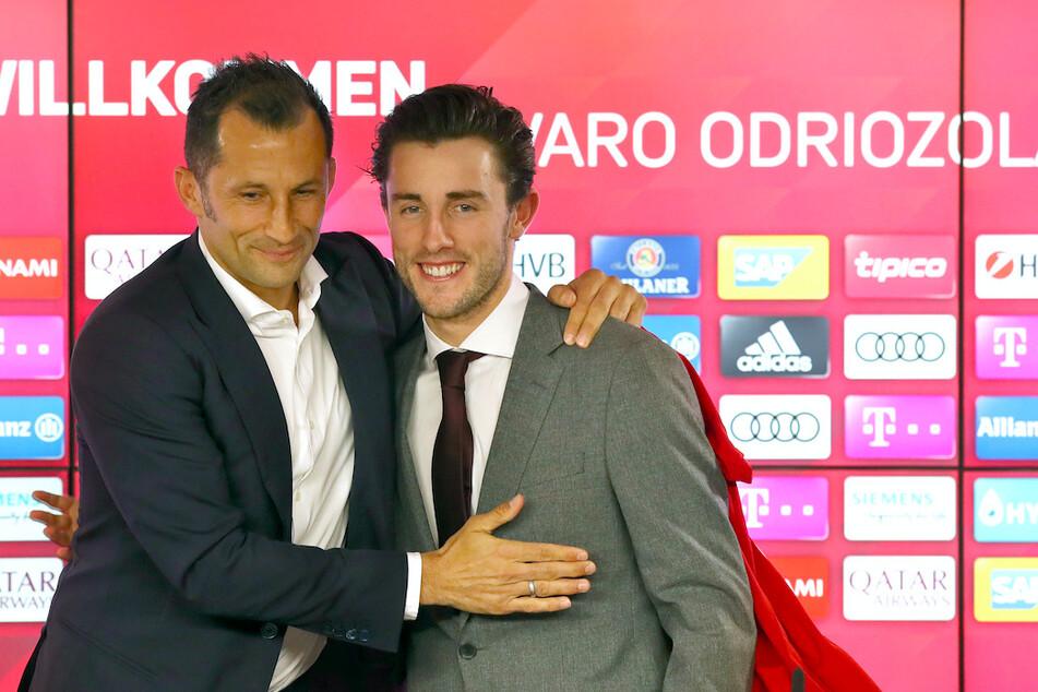 Alvaro Odriozola (24,r.) und Bayern Sportdirektor Hasan Salihamidzic (43) bei einer Pressekonferenz.