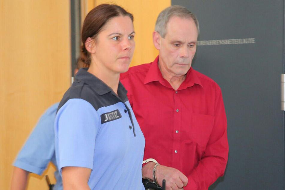 Der Angeklagte Norbert K. wird vor das Landgericht geführt.