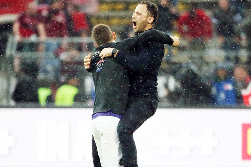 Jubelt FCE-Trainer Domenico Tedesco (r., mit Mario Kvesic) noch einmal so ausgelassen, dann hat es Aue geschafft.