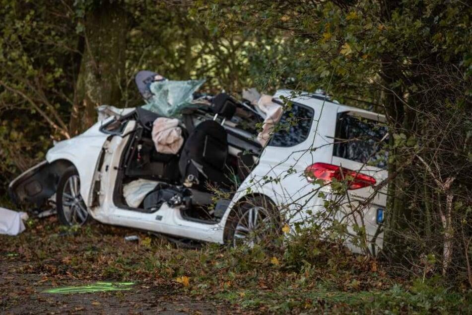 Tödlicher Unfall bei Neuss: Mann kracht frontal gegen Baum