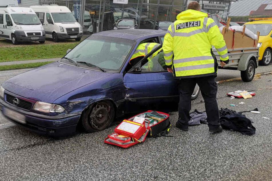 Die Polizei nahm den Wagen des Unfallfahrers genauer unter die Lupe.