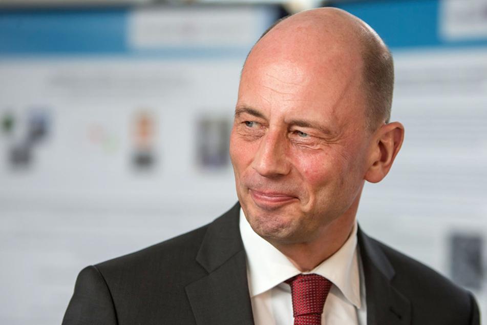 Wolfgang Tiefensee geht davon aus, dass die Wirtschaft weiter wächst, allerdings langsamer als 2016.