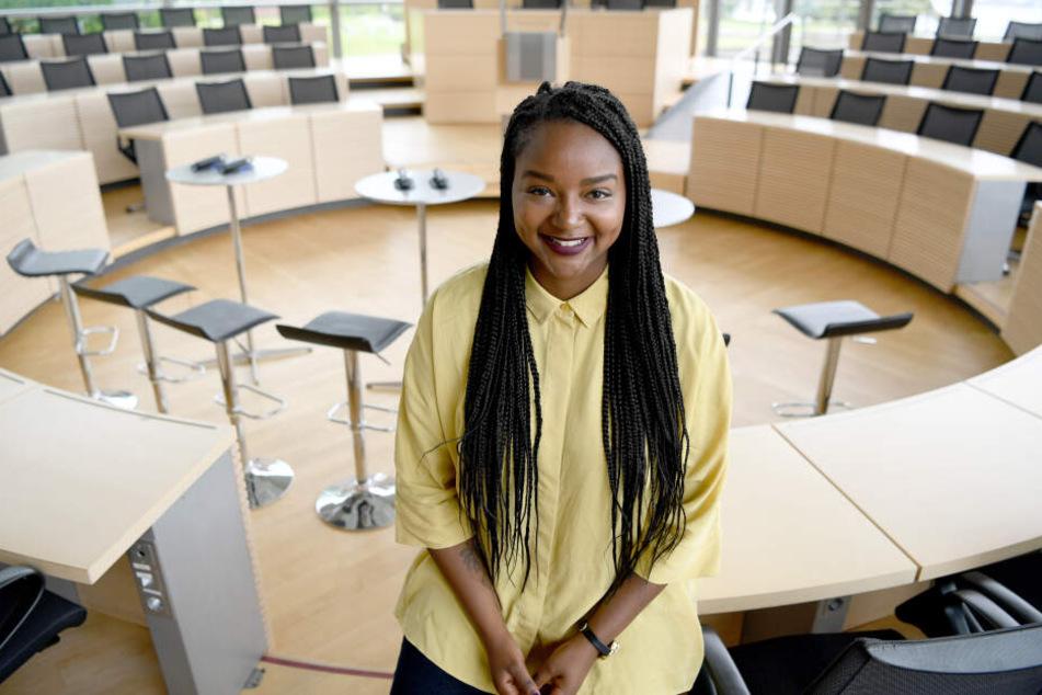 Aminata Touré (Bündnis90/Die Grünen) sitzt im Plenarsaal des Landeshauses. Nach der Sommerpause wird die 26-jährige Landtagsabgeordnete neue Vizepräsidentin des Landtages in Kiel.