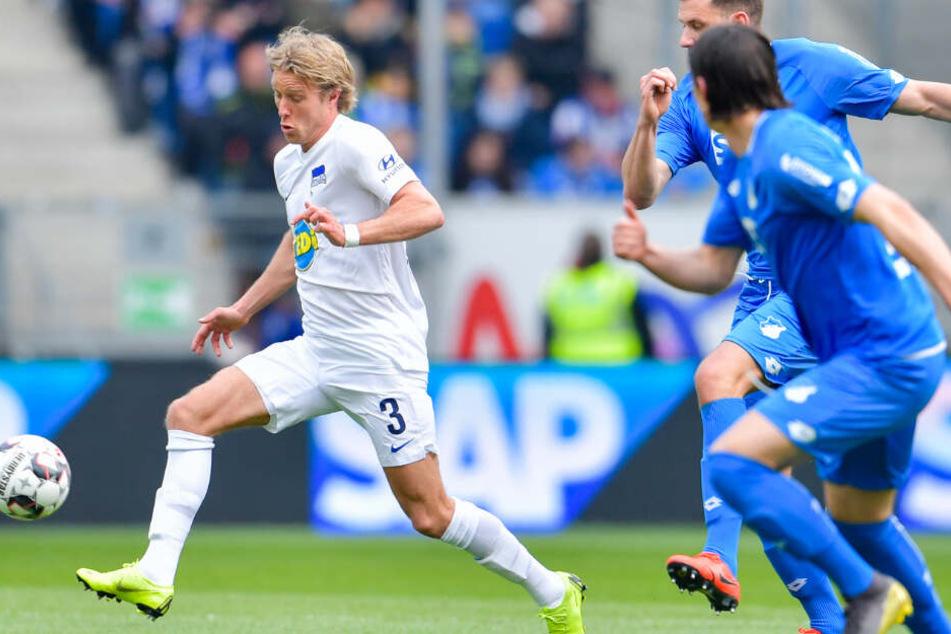 Adam Szalai (m.) und Nico Schulz (r.) jagen Herthas Per Ciljan Skjelbred (l.) und dem Ball hinterher.