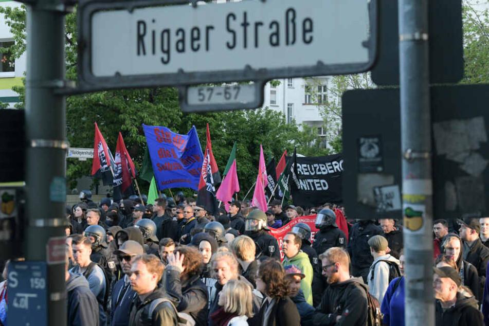 "Teilnehmer der linksradikalen ""Revolutionäre 1. Mai-Demonstration"" in der Rigaer Straße."