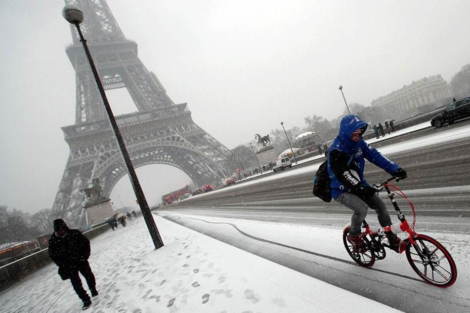Schnee-Chaos in Paris 740 Kilometer Rekordstau, Eiffelturm geschlossen!