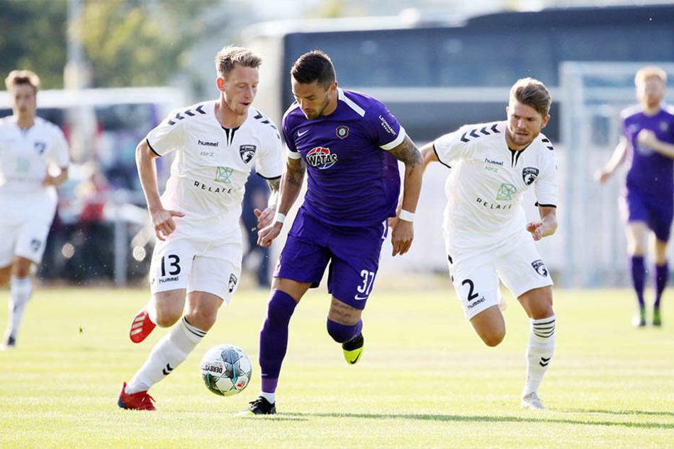 Pascal Testroet (M.), hier im Spiel gegen den FC Fredericia am Ball, fühlt sich in Aue wohl. Ein Weggang/Verkauf ist kein Thema.