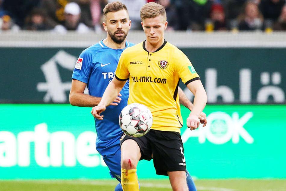 Den VfL Bochum - in diesem Falle Lukas Hinterseer - im Nacken: Dzenis Burnic (vorn) wird sich davon nicht beeindrucken lassen.