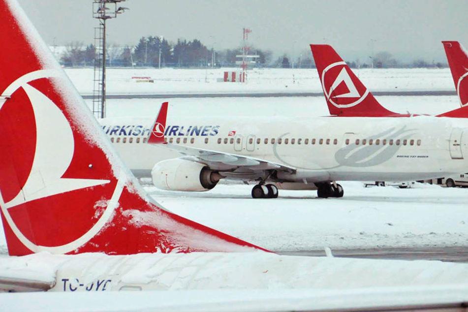In der Türkei sitzen Hunderte Flugreisende auf dem Flughafen Atatürk fest.
