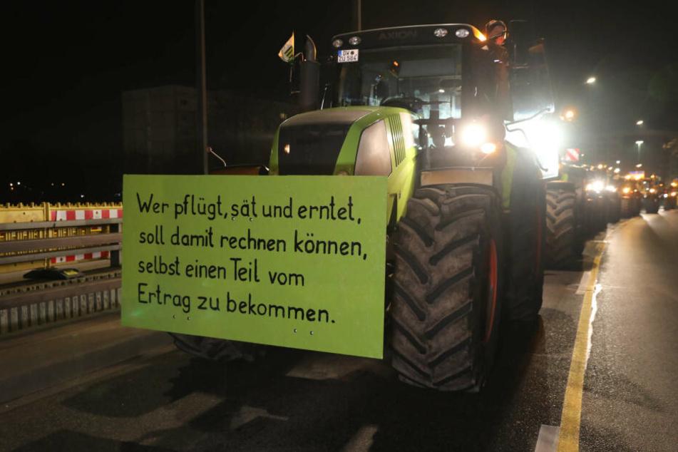 An den Traktoren haben die Bauern ihre Botschaften angebracht.
