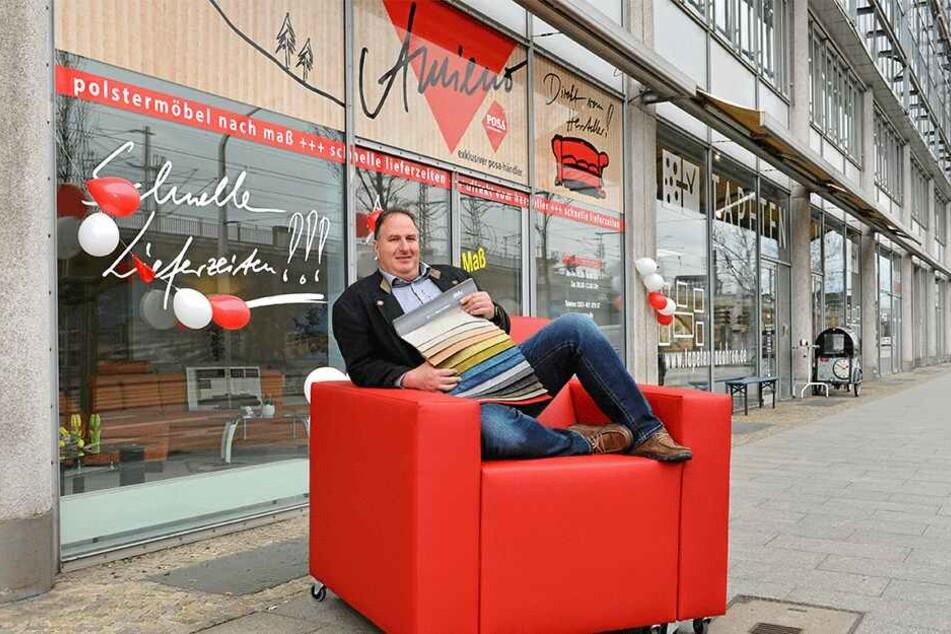 Entspannte Eröffnung im XXL-Sessel: Firmenchef Thomas Mehnert (51) bietet seine Möbel nach Maß seit Freitag auch in Dresden an.