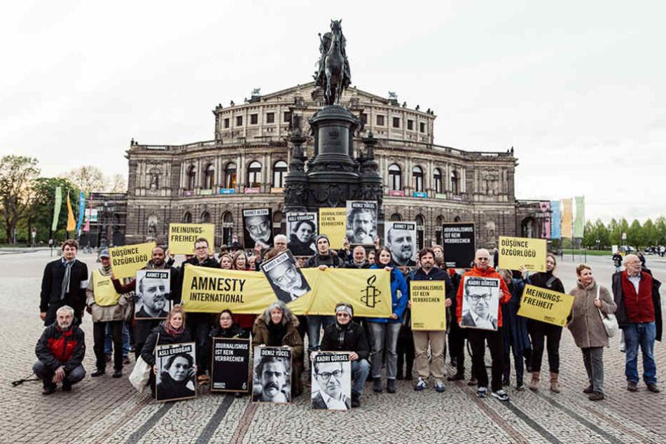 Am Sonntag versammelten sich auf dem Theaterplatz Demonstranten von Amnesty International.