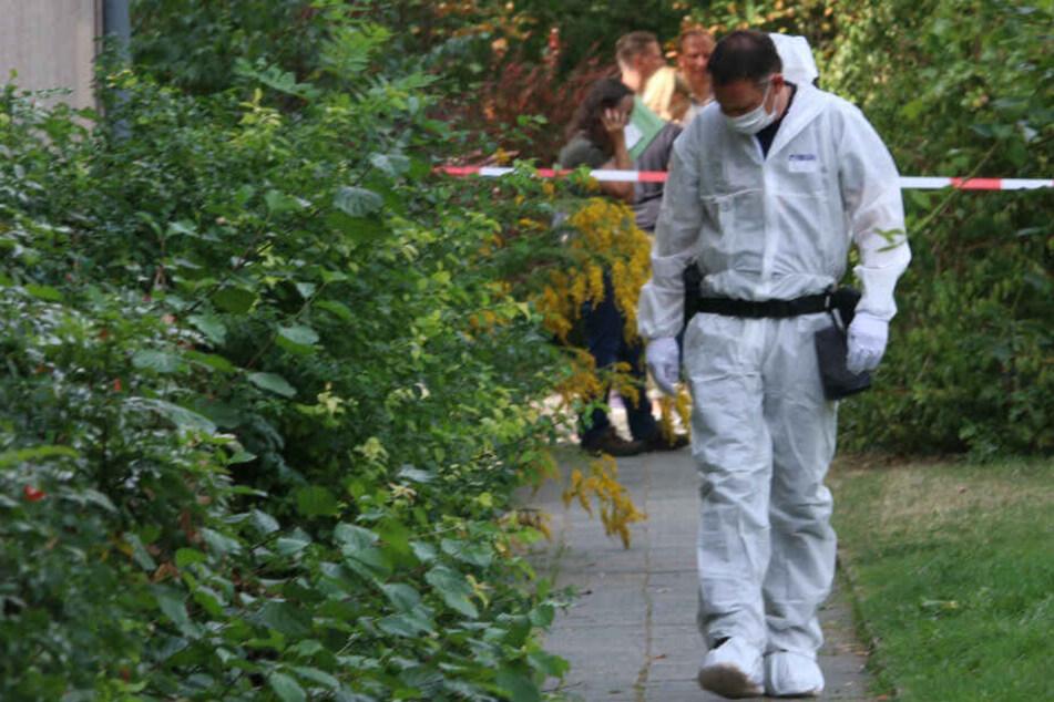 Die Mordkommission untersucht den Tatort.